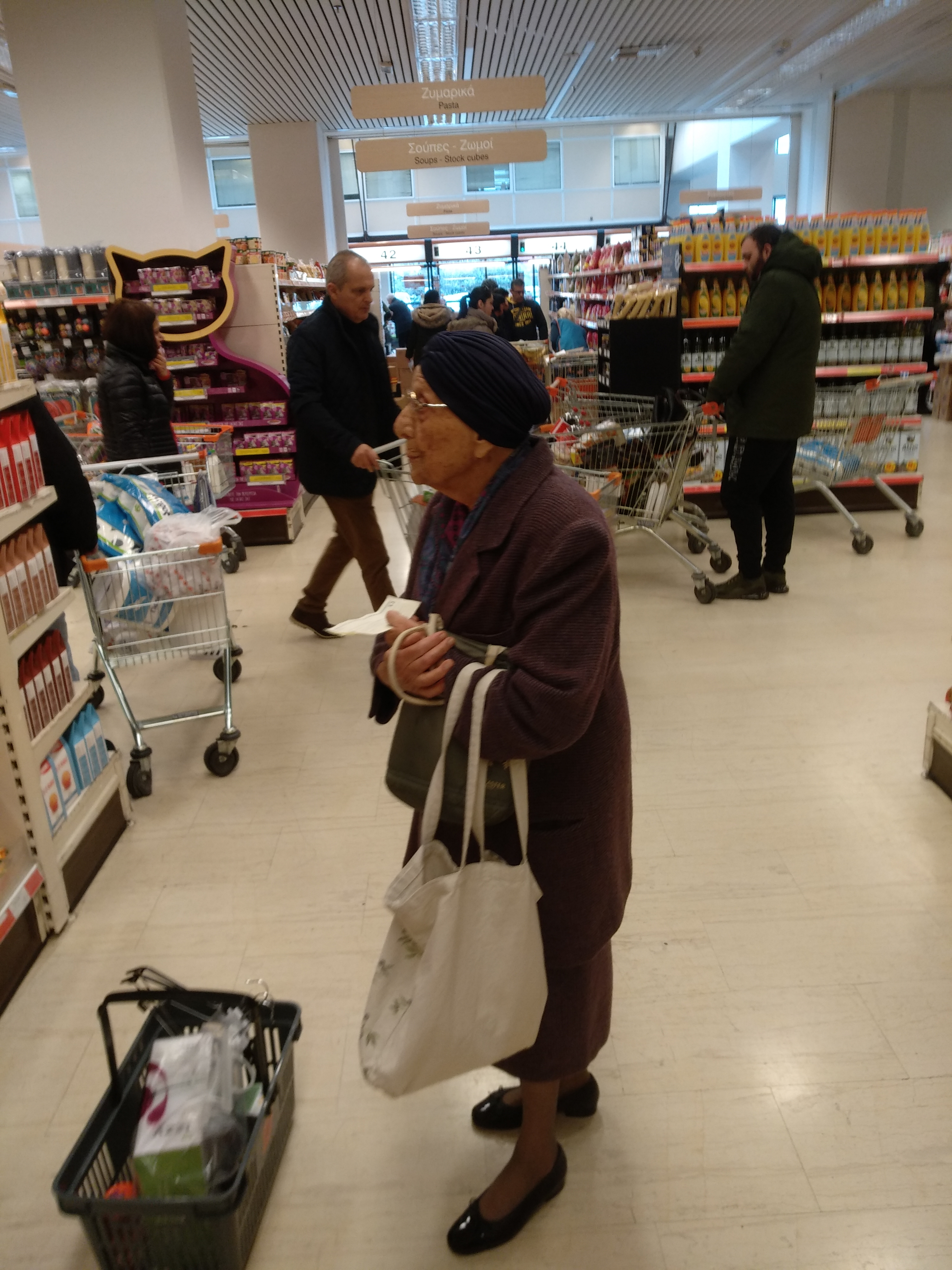 Μία κυρία κάνει τα ψώνια της!..