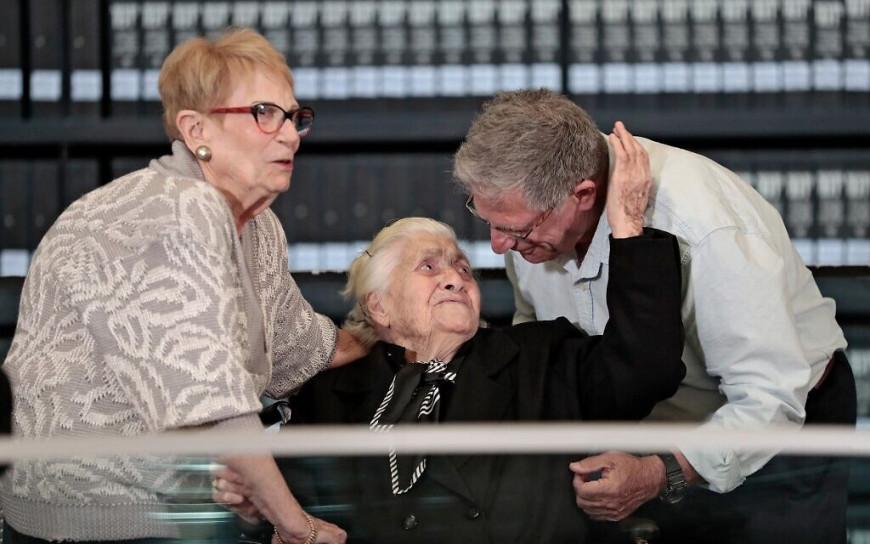 Μια 92χρονη Ελληνίδα, συναντήθηκε με απογόνους εβραϊκής οικογένειας που έσωσε από το Ολοκαύτωμα
