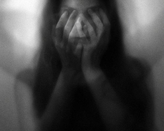 Με κάνει να νιώθω αόρατη αλλά κατά βάθος με νοιάζεται | Νικόλας Σμυρνάκης