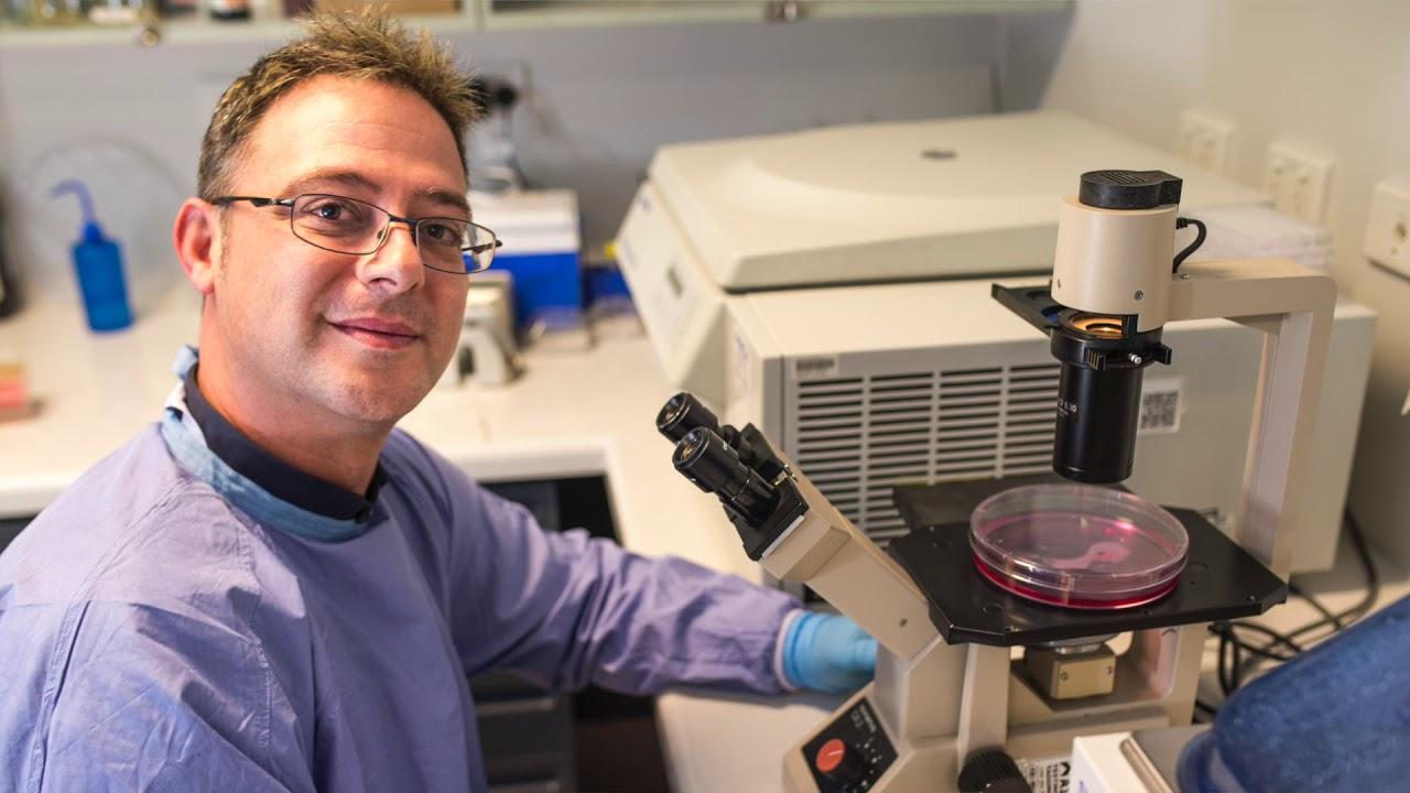 Ο νευροπαθολόγος και ερευνητής για την Σκλήρυνση Κατά Πλάκας Steven Petratos για την πρωτοποριακή του έρευνα