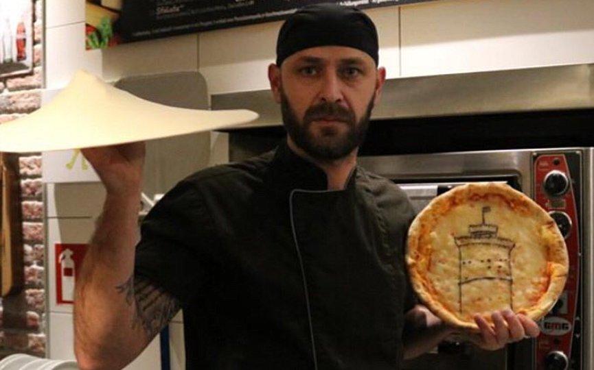 Ζωγραφίζει πάνω στο ζυμάρι της πίτσας με …κασέρι και φυτικό μελάνι