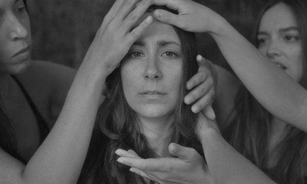«Χορεύετε;» από τον θίασο Αντάμα, ένα έργο βασισμένο στο αυτοβιογραφικό βιβλίο της Ολυμπίας Παπαδούκα «Γυναικείες φυλακές Αβέρωφ», στο θέατρο Αλκμήνη
